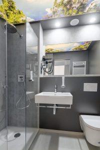 Im 3,20 Meter breiten und 7,20 Meter langen Modul ist alles vorhanden, was benötigt wird. Unter anderem ein sehr ansehnliches Badezimmer. Foto: © AG Reederei Norden-Frisia